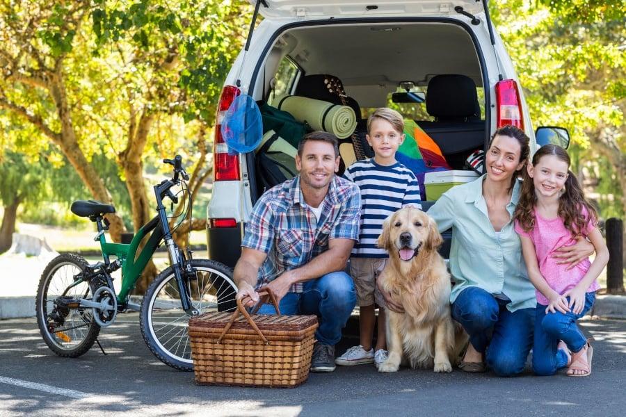 Familie på vej på bilferie