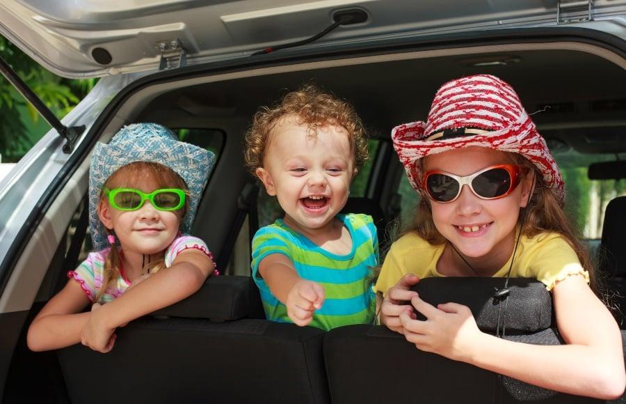Glade børn på bagsædet